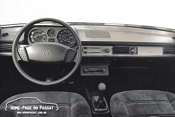 No caso de veículos equipados com ar condicionado, o rádio era deslocado para a cobertura central do painel, fixado através de um suporte plástico. Na imagem, um Passat GLS 1983 em imagem de divulgação da época.