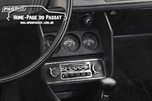 Nos veículos equipados com ar condicionado, o rádio era alojado no console. Foto: Volkswagen.