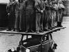 30 homens sobre um DKW F7, para demonstrar a força de sua estrutura.